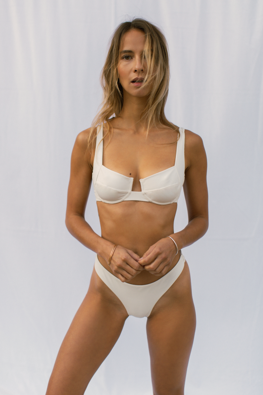 Bloom bra - off white - woman at the beach